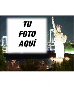 Fotomontaje para hacer una postal personalizada. Tu fotografía con Nueva York por la noche al fondo, primer plano de la Estatua de la Libertad