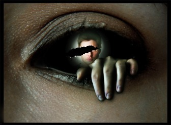Fotomontaje dentro de un ojo siniestro, con una mano saliendo siniestramente de él