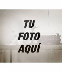 Foto antigua con una máquina de escribir vieja, un teléfono y un jarrón con una rosa para agregar como filtro a una imagen