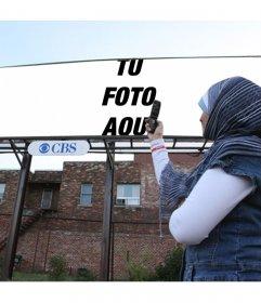 Montaje de mujer sacándole una foto a una pancarta publicitaria con un rótulo de CBS, televisión online que comenzó como radio en Internet. Pon tu fotografía en la valla