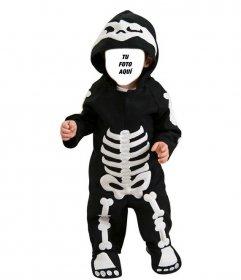 Fotomontaje infantil de un niño disfrazado de esqueleto