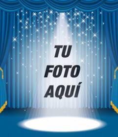 Fotomontaje en el que aparecerás en un escenario con focos brillantes y un telón azul