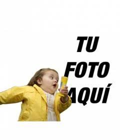 Fotomontaje con la niña del pompero y chubasquero amarillo, el meme de moda donde colocar tu foto y un texto