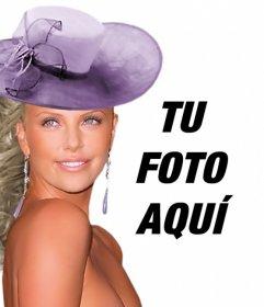 Crea fotomontajes con Charlize Theron a tu lado vestida de gala con un vestido púrpura y un sombrero a juego