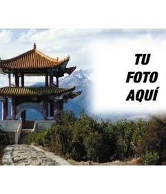 Fotomontaje en China con un paisaje y un edificio típico chino y un marco semitransparente donde colocar tu foto