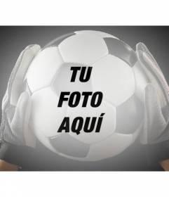 Añade un balón de fútbol sujetado por un portero con guantes a tus imágenes