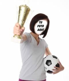 Fotomontaje con una chica futbolista sujetando un trofeo y un balón