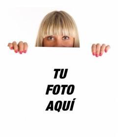 Fotomontaje con una chica rubia sujetando un poster donde colocar tu foto