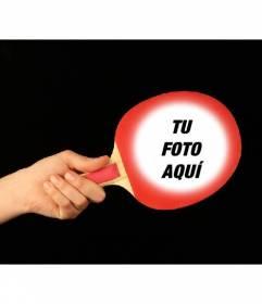 Fotomontaje con una pala de ping pong roja donde poner una foto y personalizar con texto online