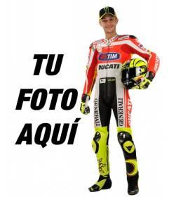 Fotomontaje con Valentino Rossi de Motogp con su uniforme de Ducati y el casco bajo el brazo. Aparece junto al famoso motorista, (ahora Yamaha) y añade texto en la imágen gratis