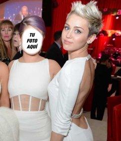 Fotomontaje para estar al lado de Miley Cyrus en una fiesta de los Oscars rubia con vestido blanco