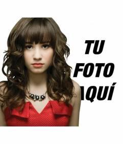 Fotomontaje en el que puedes aparecer en una foto con Demi Lovato vestida de rojo