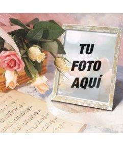 Marco para fotos online en el que puedes poner tu imagen en un portaretratos junto a una cesta con rosas y una partitura de música