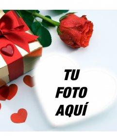 Postal de amor en la que hay un regalo, corazones y una rosa. Pon tu foto dentro de un corazón