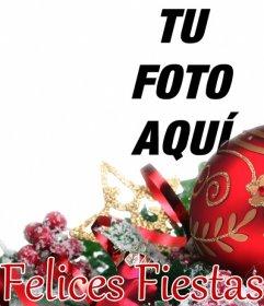 Postal para felicitar las fiestas con una bola de Navidad y adornos en la que puedes poner una foto