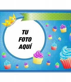 Postal de cumpleaños con cupcakes de colores y una corona dorada en un marco redondo donde colocar una imagen y añadir texto