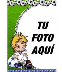 Marco para fotos balones de fútbol para tu fotografía. Aparece un niño futbolista con actitud chulesca y el césped verde de fondo