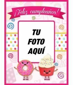 Tarjeta de cumpleaños rosa con un donuts y un pastelito dibujados con un hueco donde poner una foto