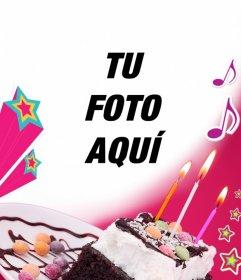 Tarjeta de cumpleaños donde subir una foto con un fondo rosa, una tarta con velas, estrellas y música