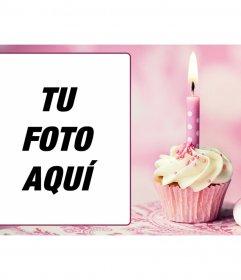 Postal rosa con marco de fotos y un cupcake de cumpleaños con una vela