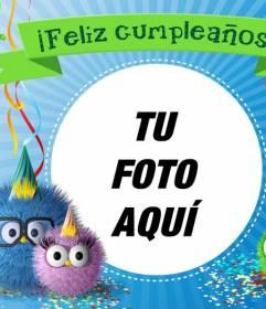 Felicita el cumpleaños con esta tarjeta con unos pájaros con gafas y gorros y un lazo verde arriba con el texto *Feliz cumpleaños*
