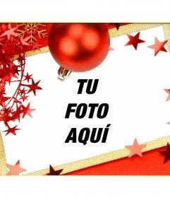 Tarjeta de Navidad con una bola y estrellas rojas para personalizar