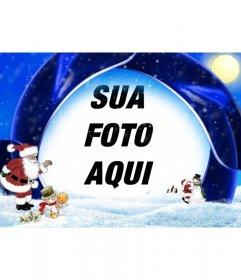 Cartão de Natal azul e neve na qual voce pode inserir sua foto, estão o Papai Noel, um menino e bonecos de neve
