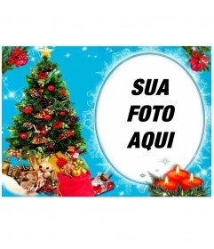 Sua foto em uma moldura circular, ao lado de uma árvore de Natal cheia de presentes, e atrás de três velas desenhadas. fundo azul com efeitos brilhantes