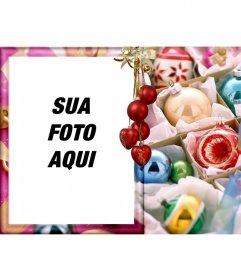 Sua foto em um estilo do cartão cercado por bolas de natal