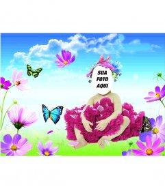 Costume Online para bebês em que aparecem uma borboleta azul e verde, que imita em um prado com flores em primeiro plano e um céu azul claro com nuvens brancas