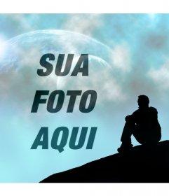 Criar uma fotomontagem com uma paisagem de fantasia em que você pode ver um céu azul com dois planetas ea silhueta de um homem sentar-se olhando para o céu, onde você vai colocar sua foto