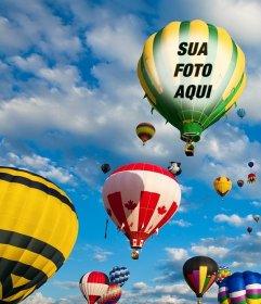 Fotomontagem com balões coloridos voando no céu azul, onde você pode colocar uma foto na tela de um dos balões