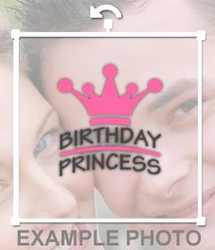 Cole uma etiqueta da princesa do aniversário com uma coroa em suas fotos