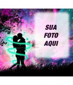 Amor moldura com uma silhueta de dois amantes se beijando na floresta com o céu estrelado violeta