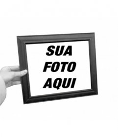 Curioso fotomontagem em que sua foto aparecerá como fundo preto e branco e dentro da moldura de uma mão segurando cor da caixa