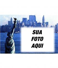 Customizável com seu cartão postal com uma fotografia antiga da Estátua da Liberdade e Nova York fundo City. Azul
