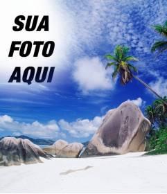 Fotomontagem para fazer uma colagem com sua foto e o céu desta ilha paradisíaca. Veja palmeiras atrás de algumas pedras da praia, um mar azul turquesa e céu azul com manchas de nuvens brancas
