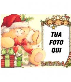 Cartolina di Natale per una cornice sul telaio si affacciano tre renne e un uccello rosso