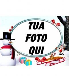 Struttura della foto di Natale sulla neve con un pupazzo di neve e regali di mettere una foto