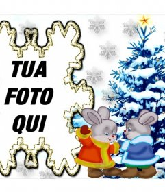 Immagine con due coniglietti e un albero di Natale aggiungere la foto