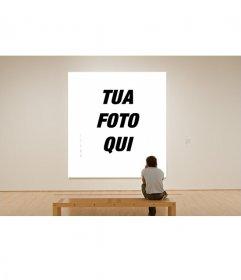 Fotomontaggio della pittura in un museo con questa foto effetto, osservato da un visitatore solitario