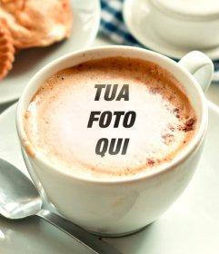Fotomontaggio di mettere la tua foto in una tazza di caffè schiuma