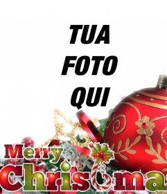Cartolina di Natale con la palla rossa e gli ornamenti con il testo Buon Natale in colori di Natale