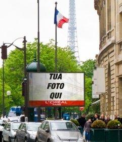 Fotomontaggio di un cartellone a Parigi con la Torre Eiffel sullo sfondo e diverse bandiere di Francia
