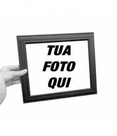 """Curioso fotomontaggio in cui la tua foto apparirà come sfondo in bianco e nero e all""""interno della cornice di una mano di colore scatola di foto"""