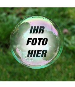 Fotomontage mit einer Seifenblase auf einem Hintergrund von grünem Gras, wo Sie Ihr Foto in der Blase reflektiert wird angezeigt