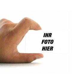 Fotomontage, Ihr Foto auf einer Visitenkarte von einer Hand mit weißem Hintergrund gehalten setzen