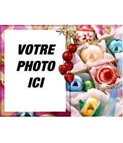 """Carte de Noël pour l""""édition. Félicite les vacances avec votre photo. Cadre doré très orné, des boules rouges, comme le fond, les discussions pendaison de lumière. l""""utiliser pour les cartes de Noël"""