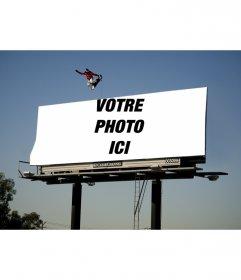 Cadre photo qui apparaît sur une affiche énorme avec un patineur planche à roulettes en sautant