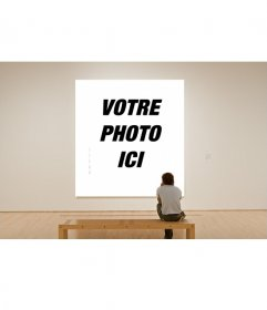 Photomontage de la peinture dans un musée avec cet effet de photo, observé par un visiteur solitaire